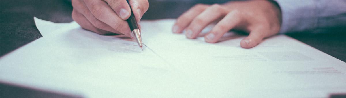 Serviceformulare - Hände die Forumulare ausfüllen