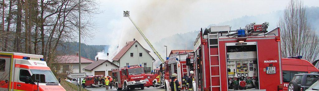 Feuerwehr vor Ort bei einem Hausbrand