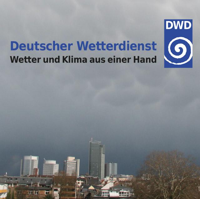 Unwetter über einer Stadt und dem Logo Deutscher Wetterdienst - Wetter und Klima aus einer Hand