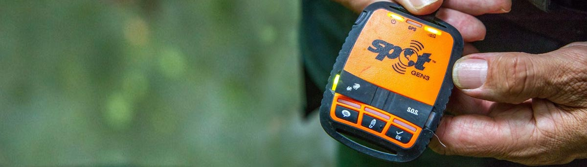 GPS Notruf-Gerät in den Händen eines Mannes