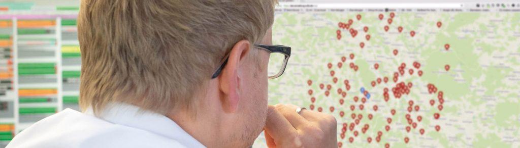 Mann mit Brille vor einem Monitor mit der Software VuFIS