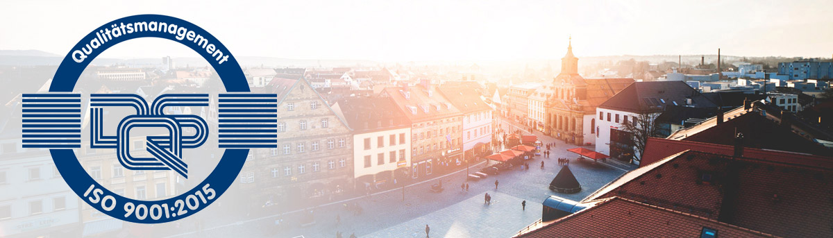Blick auf Bayreut vom Rathaus hinab mit Logo des Qualitätsmanagement