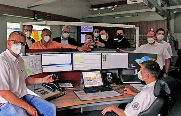 Symbolischer Knopfdruck zum Start der digitalen TETRA-Alarmierung im Rettungsdienst.